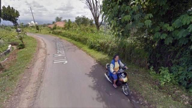 Ini Nih 7 Momen GOKIL Yang Kerekam Google Street View, PAS BANGET Momennya. Ada-ada aja…