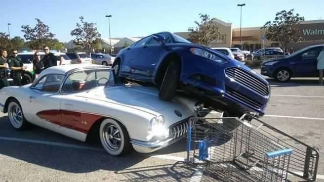 """mobil sedan sedang """"menaiki"""" sebuah mobil jadul Chevrolet Corvette 1958"""